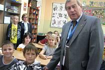 Kosmonaut Alexandrov se třeťáky z jirkovské školy.