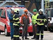 Evakuovaní zaměstnanci ČEZ a dodavatelské firmy v bezpečí pod dohledem elektrárenských hasičů.