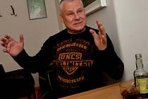 Do chomutovské pražírny Jacques Café zavítal Jiří Kajínek, aby besedoval s návštěvníky kavárny.
