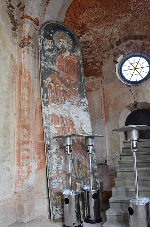 Po filmařích v kostele zbyla řada předmětů a kulis. Obrovské obrazy tam nechal například štáb, který točil historický seriál Borgiové s Jeremy Ironsem v hlavní roli.