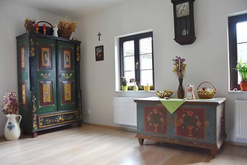 Selský nábytek z poloviny 19. století, který jeho majitel zrenovoval.