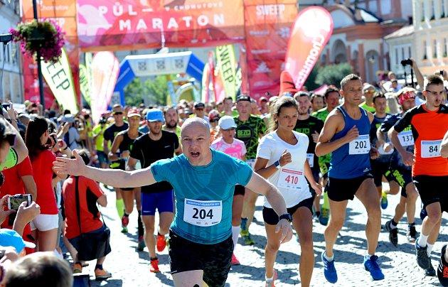 Běžci se vydali na dvacetikilometrovou trať CHomutovského maratonu.Nechyběli ani Piráti a závodníci ze Slovenska.Trať vedla historickou částí města a poté se běžci vydali na okraj hor.