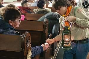 Betlémské světlo přivezou mostečtí skauti na Chomutovsko i letos.