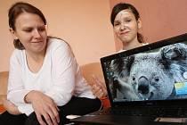 DIANKA BORKOVCOVÁ ukazuje své mamince notebook, který získala loni díky vybraným penězům za vstupné na benefiční ples. Díky němu může komunikovat se svými kamarády