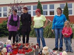 Rodiče v Klášterci nad Ohří mají po vraždě devítileté dívky strach o své děti.