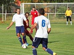 Oskar Kubánek (s míčem) po roce stráveném v nižší německé soutěži hraje opět za LoKo Chomutov.