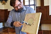 Když správce kláštera Petr Liebscher oklepal štuk z cvičné tabulky, objevilo se Bernardinské slunce. Jedná se o symbol spásy, který byl příznačný pro františkány – observanty. Jeho originální předloha zdobí stěnu klášterního chrámu.
