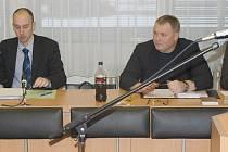 Miroslav Löffelmann (na snímku zcela vlevo), živnostník z Chomutova podnikající v Jirkově a Martin Bareš z Mostu (na snímku první zprava).