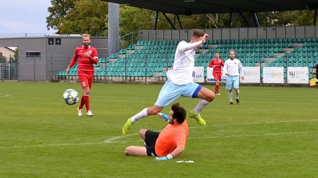 FC Chomutov (v bílém) - SK Štětí 5:5 (2:3) 5:4 pk