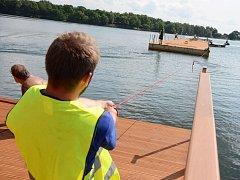 Hlavní část mola už pluje po Kamencovém jezeře. Části mola v pátek přeplavili k hlavní pláži a tam ho smontovali.
