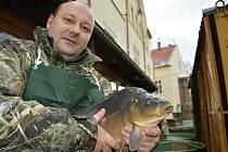 Rybí trh a Štefan Kolenčík mladší na snímku z Chomutova z loňského roku