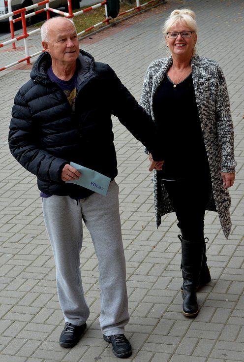Manželé Kalíkovi přišli k volbám v Chomutově v předstihu.