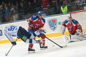 Jaroslav Svoboda (č. 14) v dresu Lva Praha v souboji s Nižněkamskem