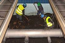 Čtyřtunový obsah každého z filtrů musí zaměstnanci vyházet lopatami a nahradit aktivním uhlím o stejné hmotnosti.