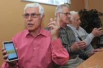 TŘI ODVÁŽNÍ. S testováním chytrých telefonů souhlasili Jaroslav Kalina (vpravo), František Mittelbach (vlevo) a Pavel Kadlec (uprostřed). Všichni si techniku pochvalují.