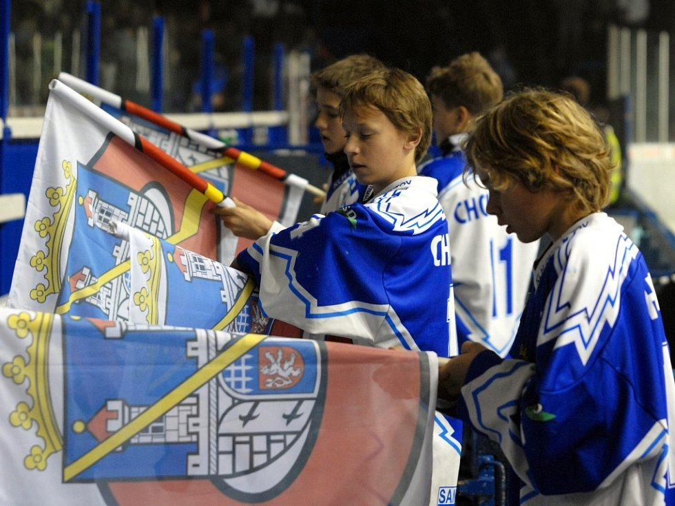 Mladí hráči KLH uvítali zápas exhibicí s vlajkami.