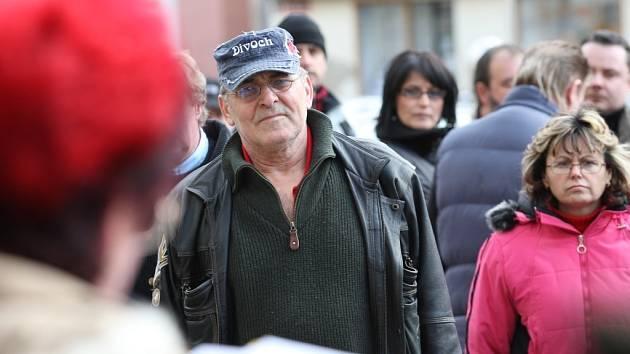 Druhé protestní setkání uspořádalo hnutí Nespokojení občané Chomutova v centru města, kam ve středu odpoledne dorazily desítky lidí. Organizátorkou protestní akce byla i řečnice Helena Klicperová. Naslouchá i Luboš Slunéčko.