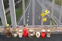 Svíčky, zapálené na mostě, odkud mladý muž skočil.