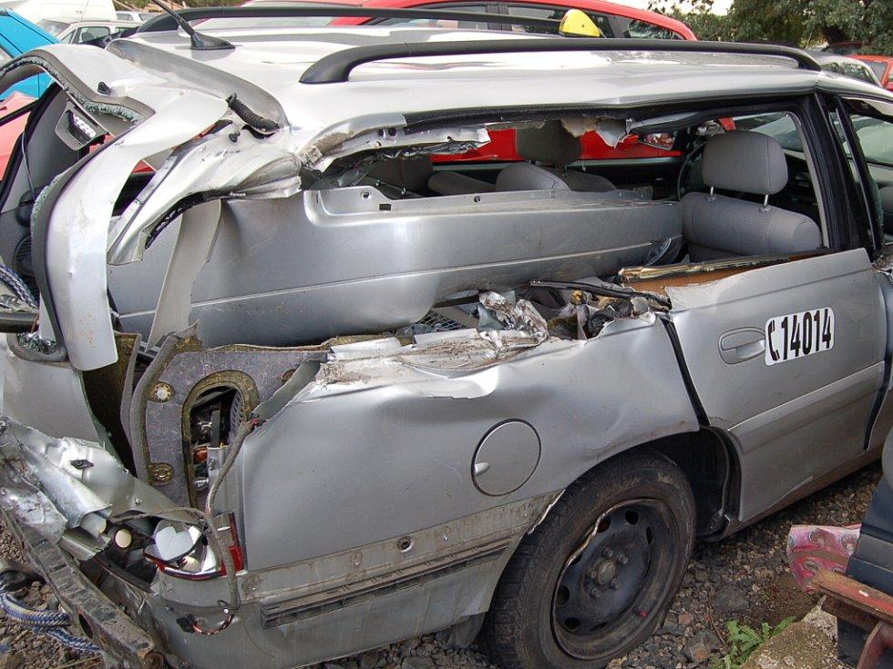 Snímek vraku vozidla.