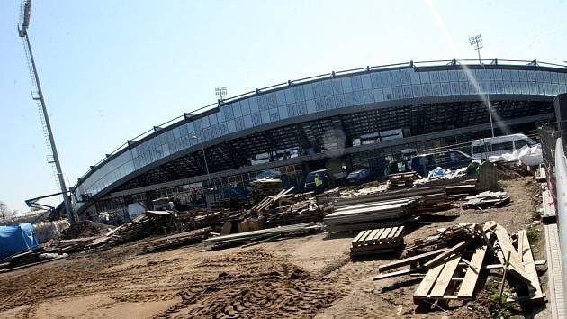 Zvenku to ještě vypadá na dlouho stavbu, ale už se finišuje.