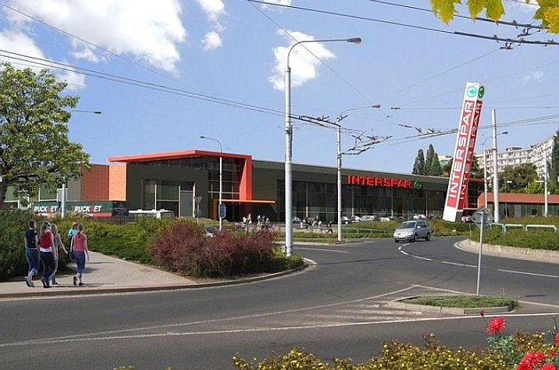 Místo starého zimního stadionu prostor u kruhového objezdu ovládne nový Interspar.