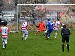 První gól daly Domoušice Ervěnicím již ve čtvrté minutě. Na snímku František Liška (v modrém) překonává ervěnického gólmana Petra Červenku.