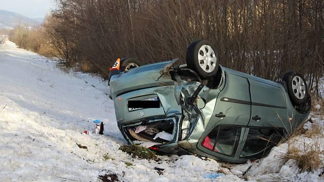 Vozidlo značky Suzuki vylétlo ze silnice  mimo vozovku