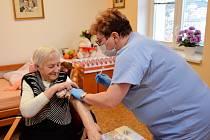 V kadaňském Domově pro seniory se rozběhlo první kolo očkování.