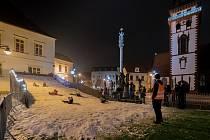 Tradiční vánoční kopec sněhu je na náměstí 1. máje v Chomutově i letos
