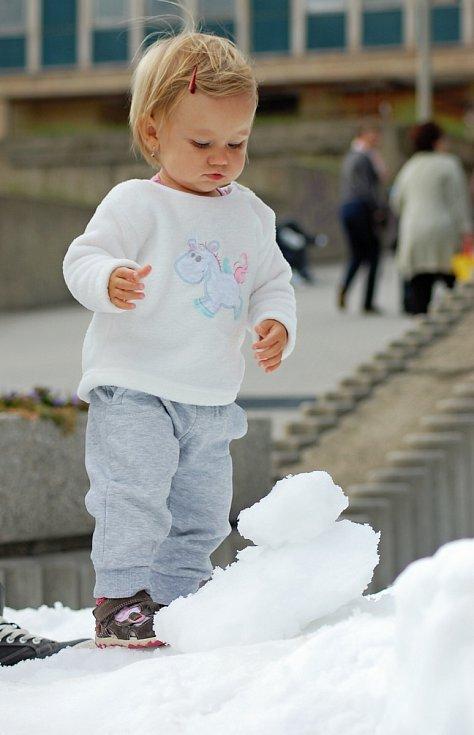 Kopec sněhu, malí sáňkaři a koulovačka. Tak to vypadá v pátek odpoledne před obchodním centrem Chomutovka