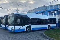 Nové autobusy mají podnikové barvy: modrou a bílou se stříbrným pruhem.