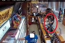 Policie hledá dívku, která chtěla nakoupit na kradenou kartu