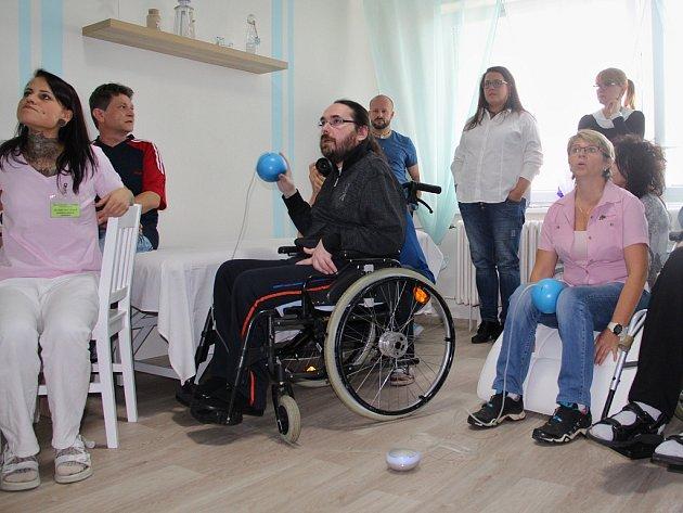 Klienti jirkovského ústavu sociálních služeb v nové relaxační místnosti