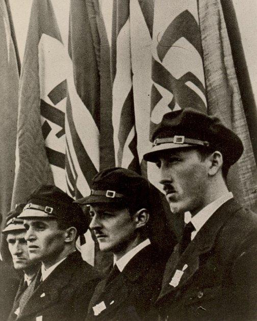 Vjezd německých vojsk do Kadaně vříjnu 1938.Ve stejné době musely pohraničí opustit tisíce Čechů.