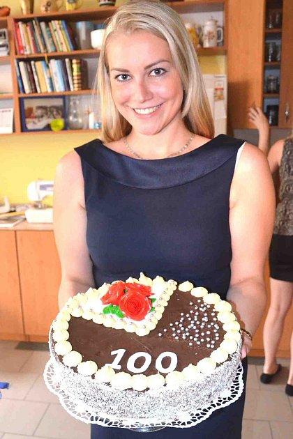 Veronika Nestlerová nese oslavenkyni dort.