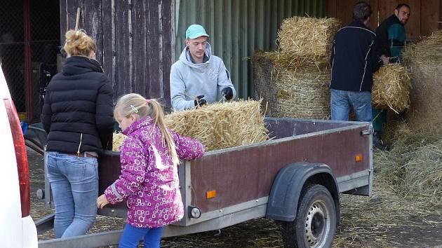 Několik rodin přivezlo do zooparku i seno a slámu z vlastních zásob.