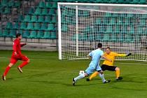 Je rozhodnuto. Chomutovský útočník David Zahradník (v modrém) unikl obráncům Ostrova, obhodil si gólmana a vstřelil třetí gól Chomutova.