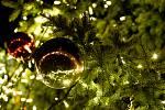 Ilustrační snímek. Vánoční ozdoby na stromku.