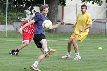 Fotbalový souboj hráči VČSA Ervěnice (v červeném) podle očekávání zvládli.