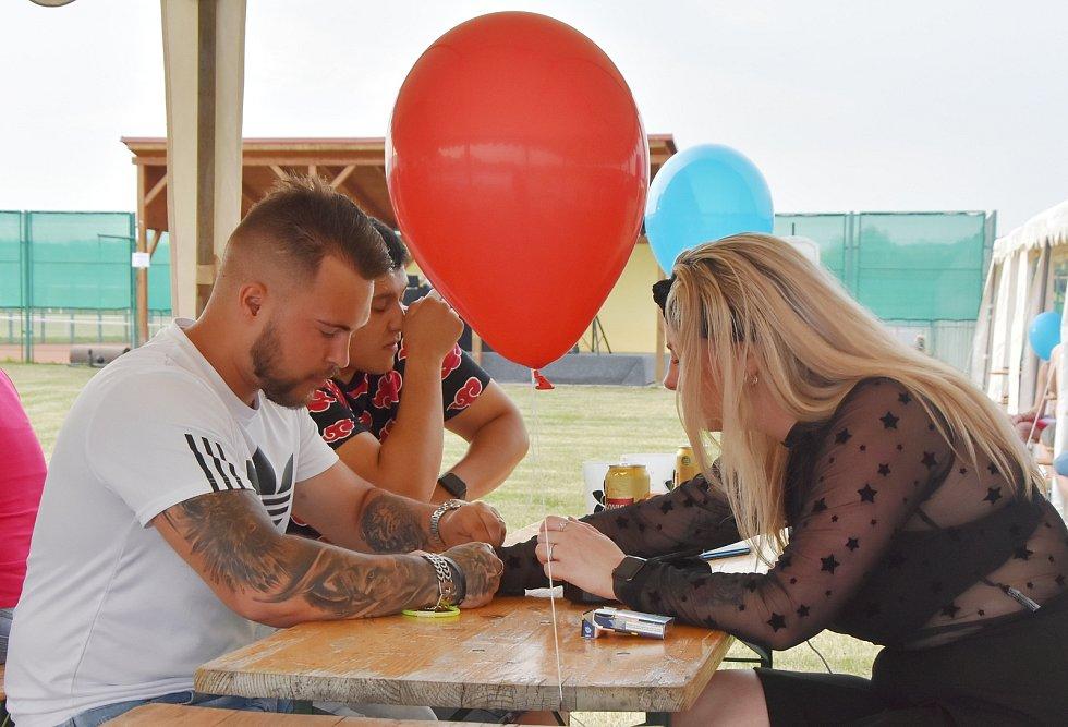 Ve Strupčicích se při zahájení sezóny ve sportovním areálu rozloučili s dobou covidovou. Vyslali k oblakům stovky balonků a napili se na účet obce.