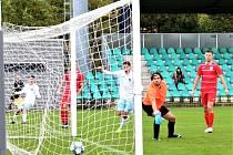 GÓL: Chomutov právě vyrovnal na 2:2. Gólman Štětí Pavel Fary se společně s obránci v červených dresech jen bezmocně dívá za míčem, který skončil v síti.
