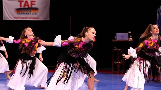 """Na snímku je velká formace show dance """"Cikánské karty"""", která získala 1.místo v kategorii juniorky na světovém poháru v německé Riese."""