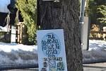 """""""Milí návštěvníci, parkujete na cestách, prosíme. Ne na loukách. V obci noste roušku,"""" prosilo Blatno na speciálně vyrobených tabulích, které jsou rozvěšené na stromech v jeho okolí. Připomínají nedávné dny, kdy se do hor hrnuly davy lidí z města. To už n"""