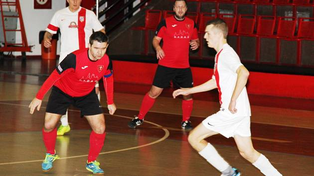 FC Atletico Chomutov v bílém nasázelo Betisu Kadaň sedm gólů.