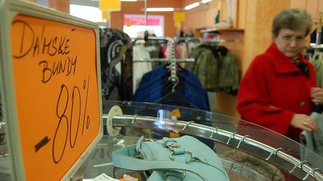 SLEVY. Včera bylo v obchodě plno, lidé si přicházeli pro zlevněné oblečení.