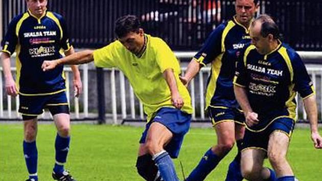MEMORIÁL ZDEŇKA KUZEBAUCHA A JAROSLAVA LAUBRA. Nejlepším hráčem turnaje veteránů v Žatci byl vyhlášen domácí Milan Franc, jehož akci sledují hráči loňského vítěze, Skalda teamu, zleva Roman Hodek, Miroslav Michalčík a Emil Hrbek.