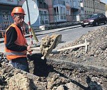 Obyvatelé Dvořákovy ulice snad vidí kopáče už naposledy.