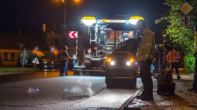 Během dvou nocí, ze čtvrtka na pátek a z pátku na sobotu, pokládali mezi 18:00 až 03:00 hodinou silničáři v Klášterci nad Ohří na silnici I/13 nový asfalt.