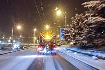 Zasněžené silnice v Chomutově.