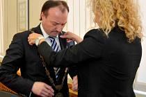 Jako Primátor už Jan Mareš znak nosit nemůže, ale jako oddávající ano.